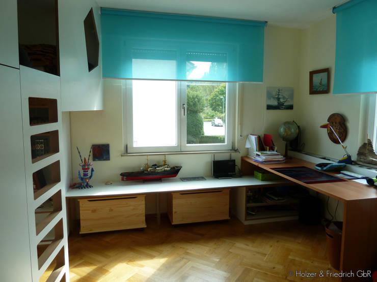 Bank und Tisch: moderne Kinderzimmer von Holzer & Friedrich GbR