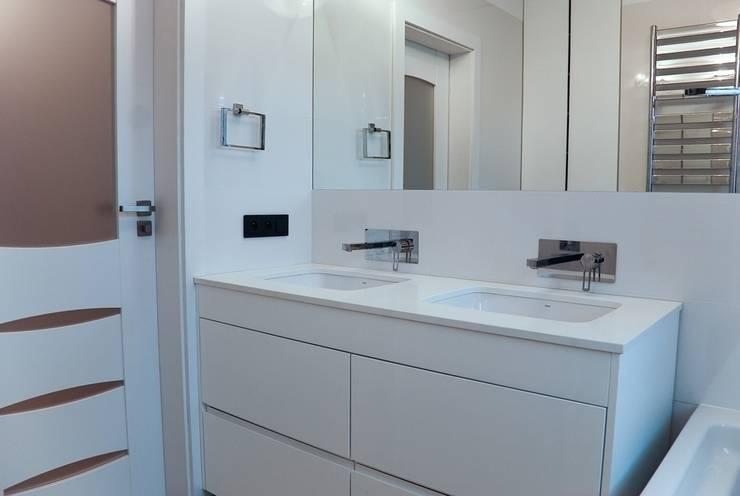 DOM NOWOCZESNY: styl , w kategorii Łazienka zaprojektowany przez YNOX Architektura Wnętrz