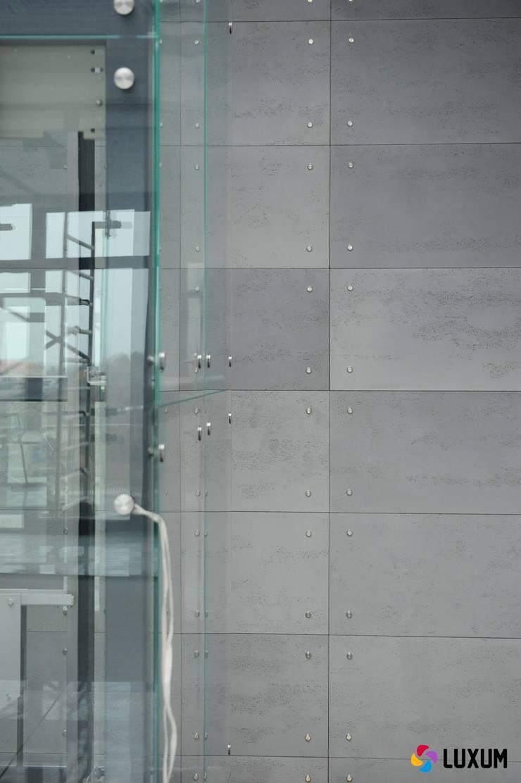 Płyty z betonu architektonicznego do wnętrz nowoczesnych i industrialnych: styl , w kategorii Korytarz, przedpokój zaprojektowany przez Luxum