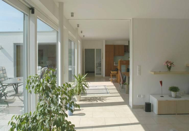 Wohnraum:  Wohnzimmer von Vissing Architekten