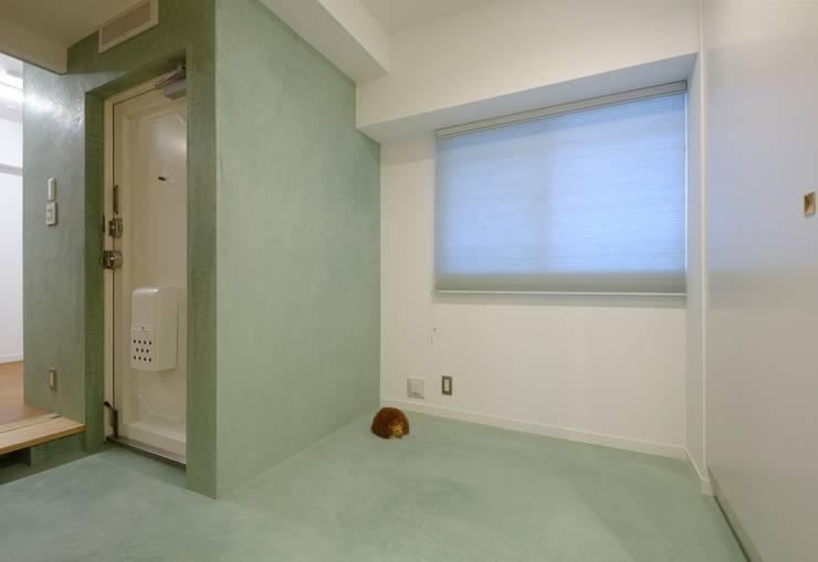 広い玄関土間: ティー・ケー・ワークショップ一級建築士事務所が手掛けた和室です。