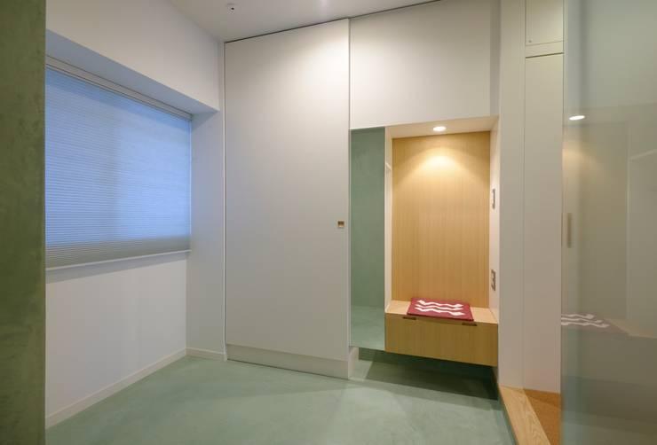 多様に使える玄関土間: ティー・ケー・ワークショップ一級建築士事務所が手掛けた壁です。