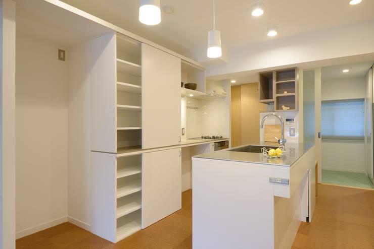 オープンなアイランドキッチン: ティー・ケー・ワークショップ一級建築士事務所が手掛けたキッチンです。