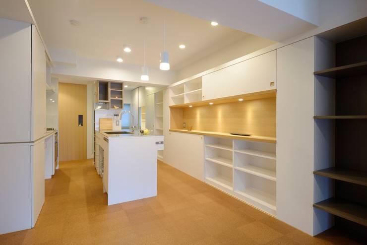モダンな空間に和の雰囲気を: ティー・ケー・ワークショップ一級建築士事務所が手掛けたリビングルームです。