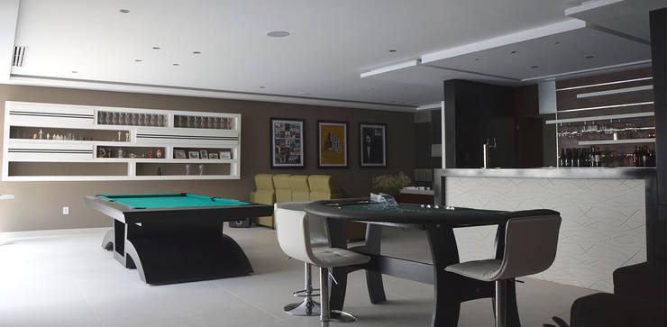 Casa La Rioja: Salas multimedia de estilo  por STUDIO ALMEIDA DESIGN
