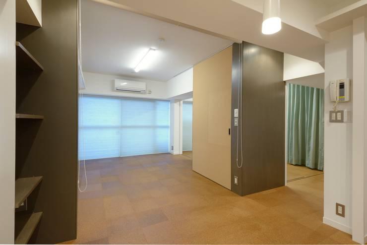 押し入れボックス: ティー・ケー・ワークショップ一級建築士事務所が手掛けた寝室です。