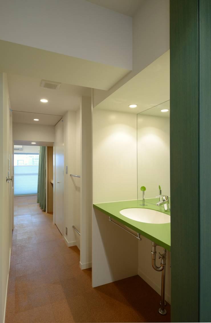 2Way通路1: ティー・ケー・ワークショップ一級建築士事務所が手掛けた浴室です。