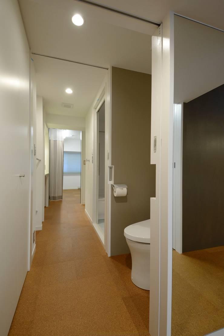 2Way通路2: ティー・ケー・ワークショップ一級建築士事務所が手掛けた浴室です。