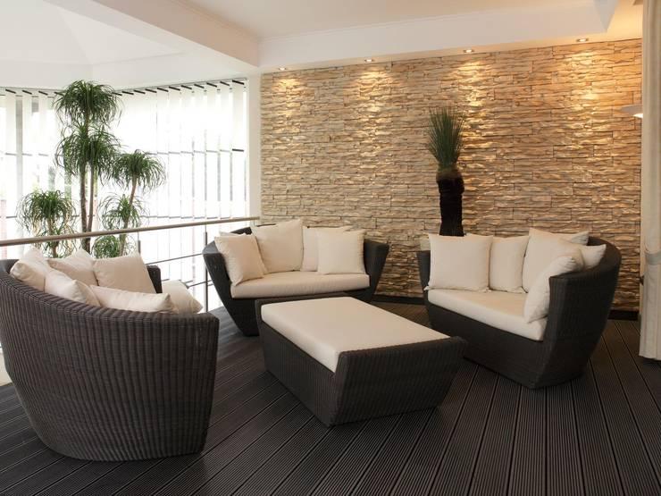 Salas de estar mediterrânicas por Rimini Baustoffe GmbH