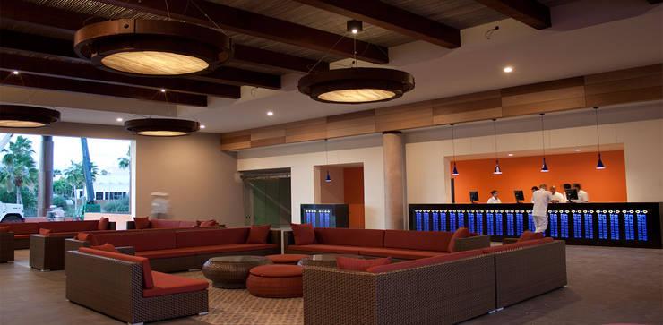 Hotel Royal Decameron Cabos: Hoteles de estilo  por STUDIO ALMEIDA DESIGN