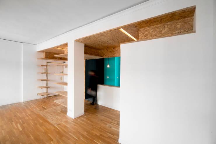 Reforma Low-Cost: Salones de estilo  de idearch studio