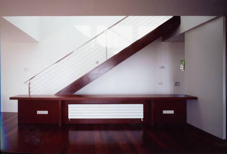 CASA L: Pasillos y vestíbulos de estilo  de zazurca arquitectos