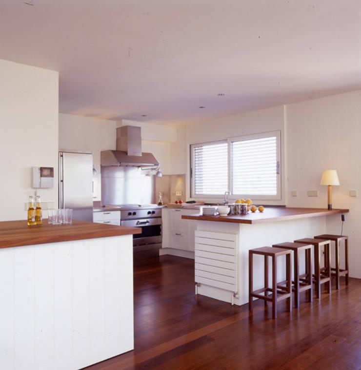 CASA L: Cocinas de estilo  de zazurca arquitectos