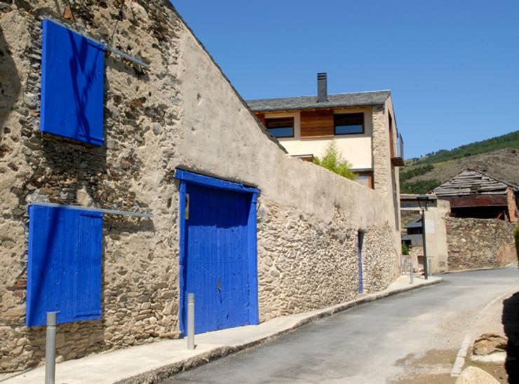 rehabilitacion de casa en Llivia junto con mercedes zazurca: Casas de estilo rural de zazurca arquitectos