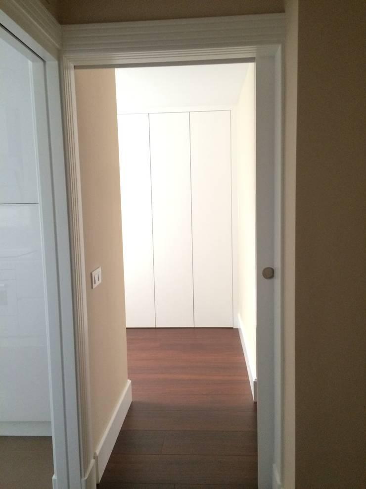 Estado reformado - Entrada al vestidor de la zona del dormitorio principal:  de estilo  de Viroa ǀ Arquitectura – Interiorismo – Obras