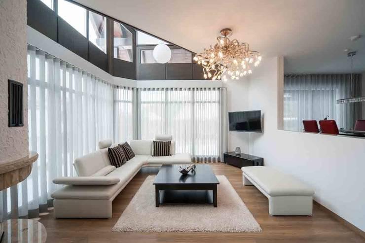 Wohnhaus Dresden: moderne Wohnzimmer von SK innenarchitektur