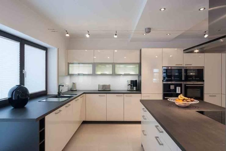 Wohnhaus Dresden: moderne Küche von SK innenarchitektur
