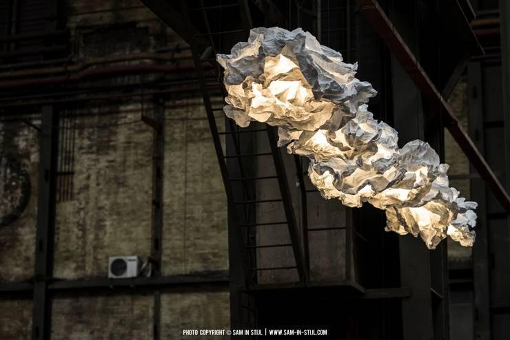 Un luminaire nuage extraordinaire!: Couloir, entrée, escaliers de style de style Moderne par NEDGIS