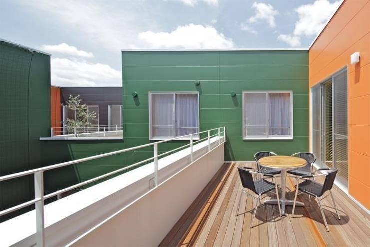 Terrace by 株式会社ヨシダデザインワークショップ, Modern