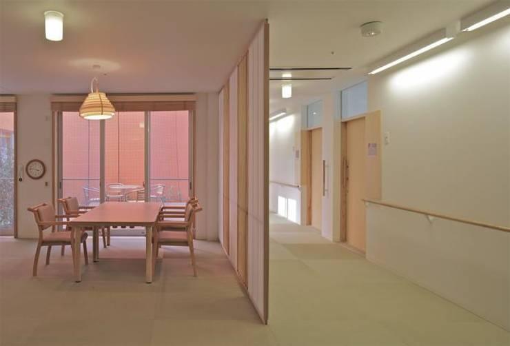 Wohnzimmer von 株式会社ヨシダデザインワークショップ, Modern