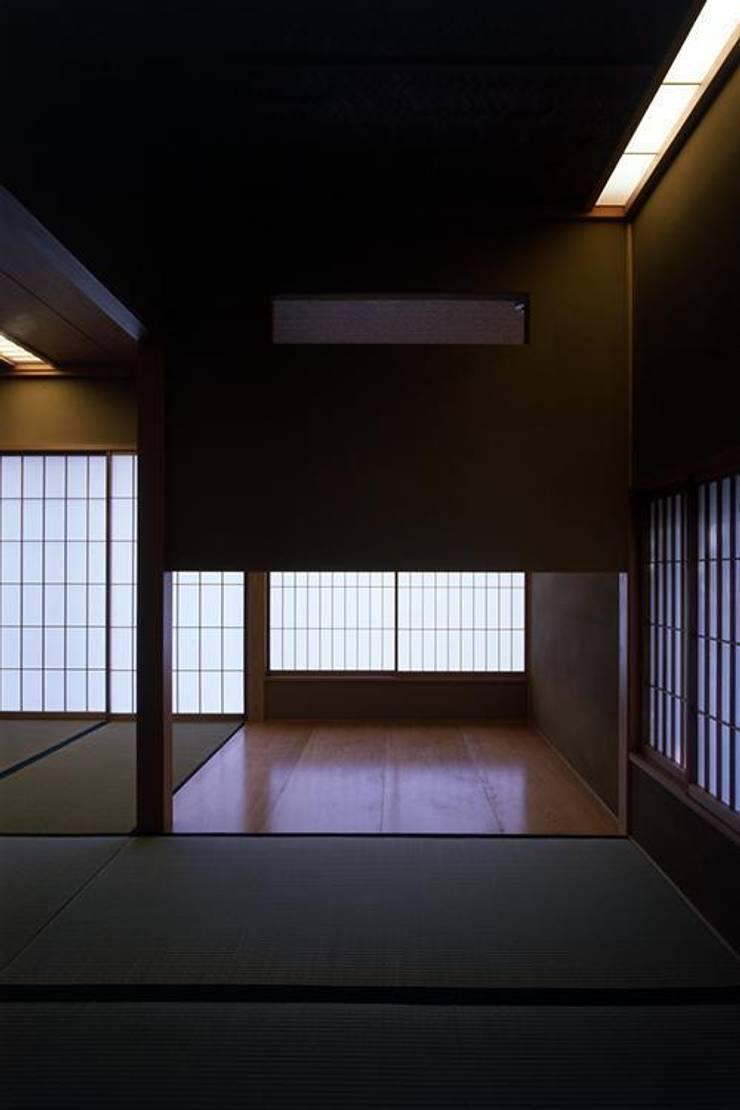 和室: 株式会社ヨシダデザインワークショップが手掛けたリビングです。,