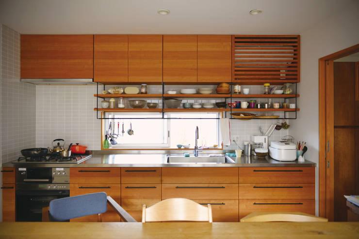 中庭を囲んで、家族が同じ空を見上げる家: ELD INTERIOR PRODUCTSが手掛けたキッチンです。