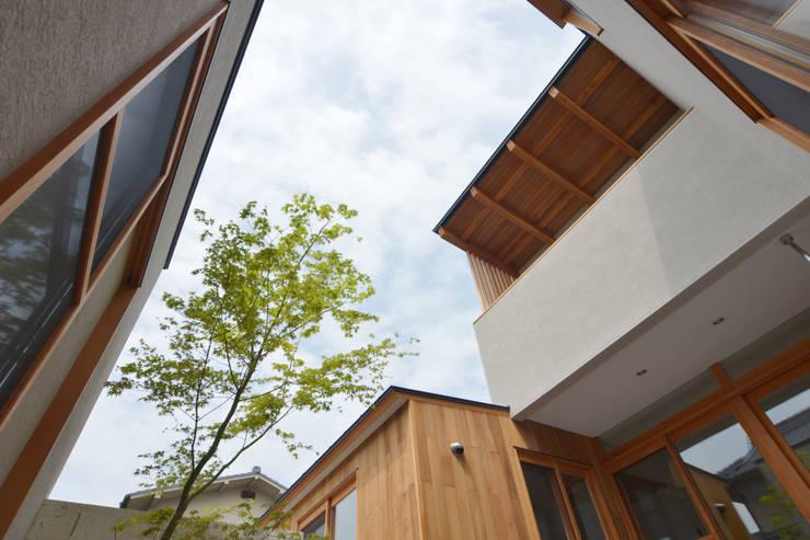 中庭を囲んで、家族が同じ空を見上げる家: ELD INTERIOR PRODUCTSが手掛けた庭です。