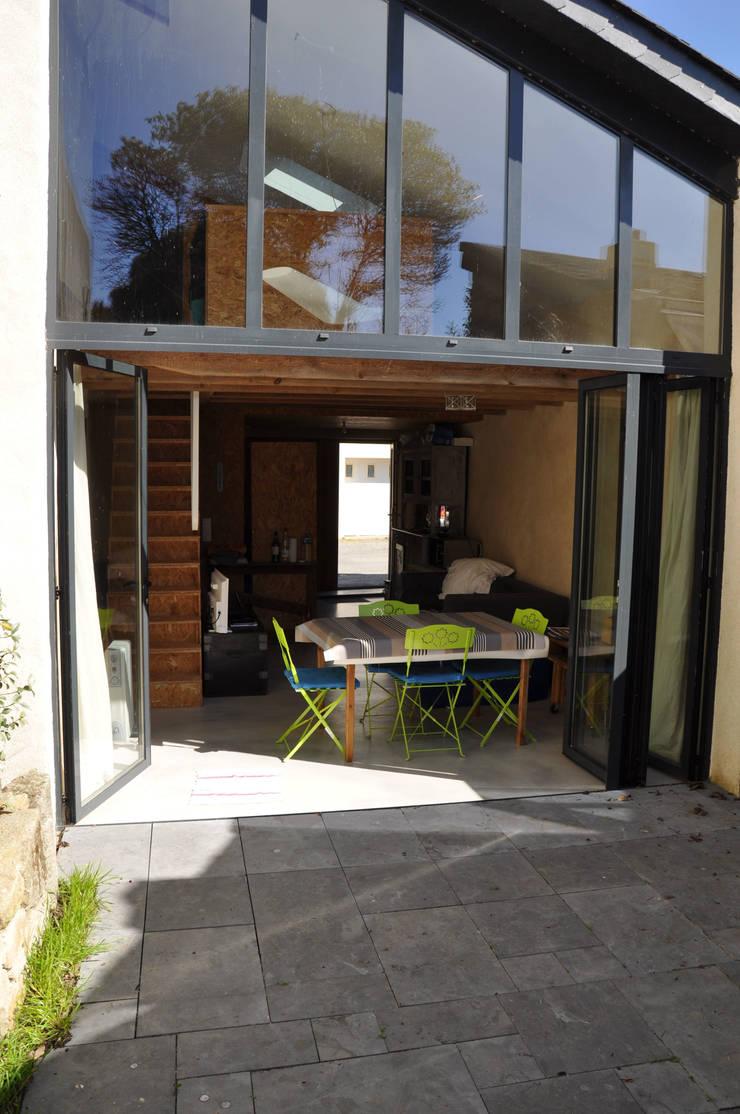 Du Sel – Réhabilitation d'un ancien garage à sel: Terrasse de style  par Vincent Souquet Architectures