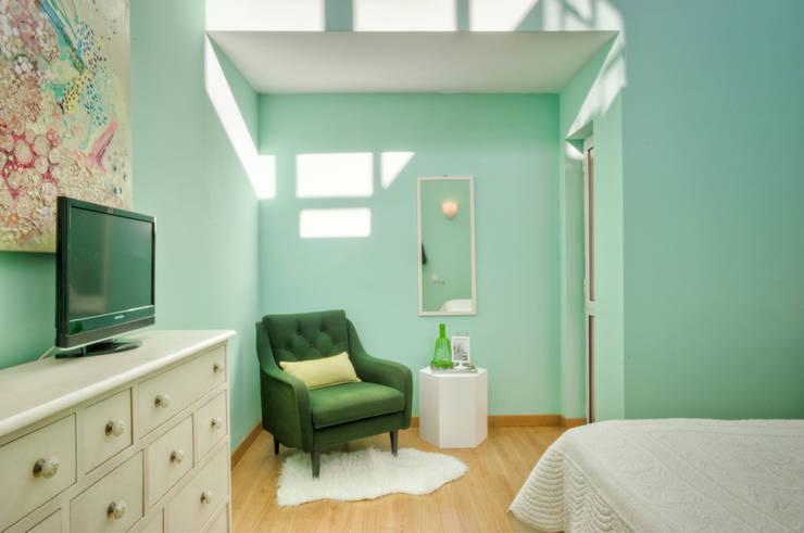 Casa Oeiras : Quartos ecléticos por Santiago | Interior Design Studio