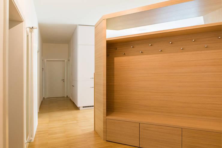 House FK: Ingresso, Corridoio & Scale in stile  di Manuel Benedikter Architekt