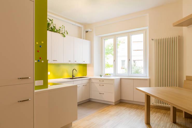 House FK: Cucina in stile in stile Moderno di Manuel Benedikter Architekt