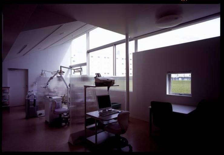 歯科診療室: 株式会社ヨシダデザインワークショップが手掛けた書斎です。,モダン