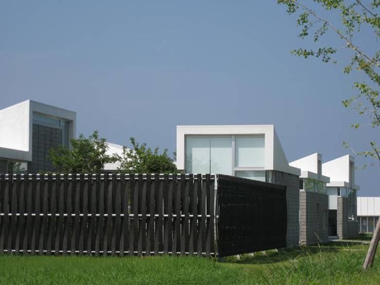 森側外観: 株式会社ヨシダデザインワークショップが手掛けた家です。,モダン