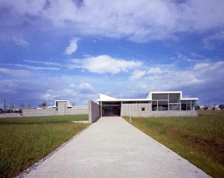 入り口正面: 株式会社ヨシダデザインワークショップが手掛けた家です。,モダン