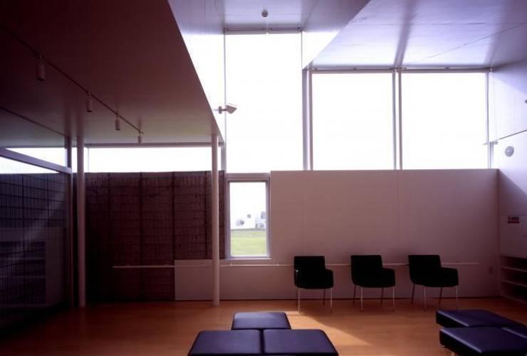 待合室: 株式会社ヨシダデザインワークショップが手掛けた書斎です。,モダン