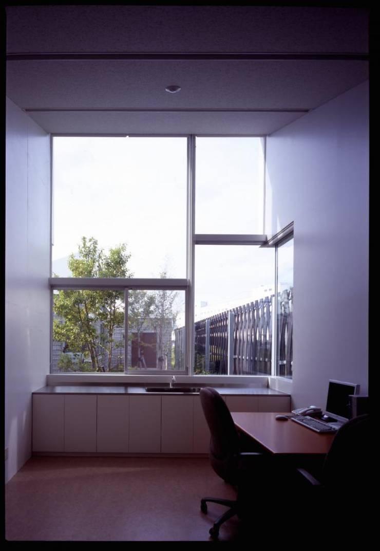診察室: 株式会社ヨシダデザインワークショップが手掛けた書斎です。,モダン