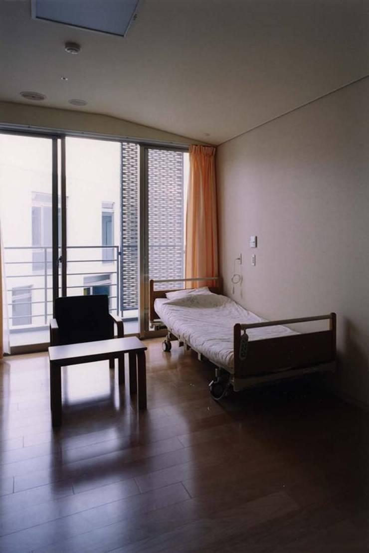 個室: 株式会社ヨシダデザインワークショップが手掛けた寝室です。