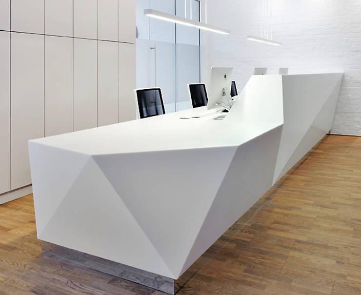 Nietypowe formy architektoniczne - lady recepcyjne: styl , w kategorii Biurowce zaprojektowany przez Luxum