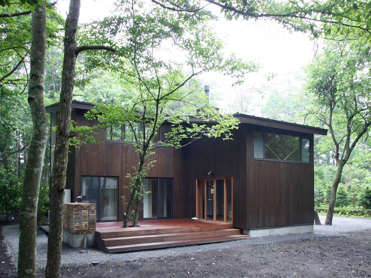 木立に佇む家: 設計事務所アーキプレイスが手掛けた家です。