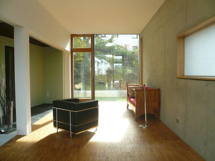 Anbau innen:  Wohnzimmer von wilhelm und hovenbitzer und partner