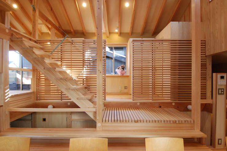 ダイニングよりフリースペースを見る: 豊田空間デザイン室 一級建築士事務所が手掛けたダイニングです。
