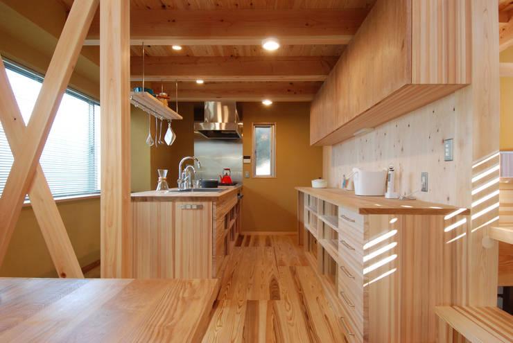 キッチン&バックカウンター、吊戸棚: 豊田空間デザイン室 一級建築士事務所が手掛けたキッチンです。