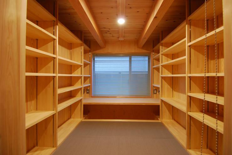 DEN(書斎兼書庫): 豊田空間デザイン室 一級建築士事務所が手掛けた書斎です。