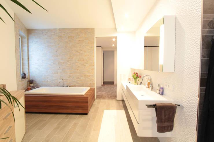 Baños de estilo  por La Casa Wohnbau GmbH