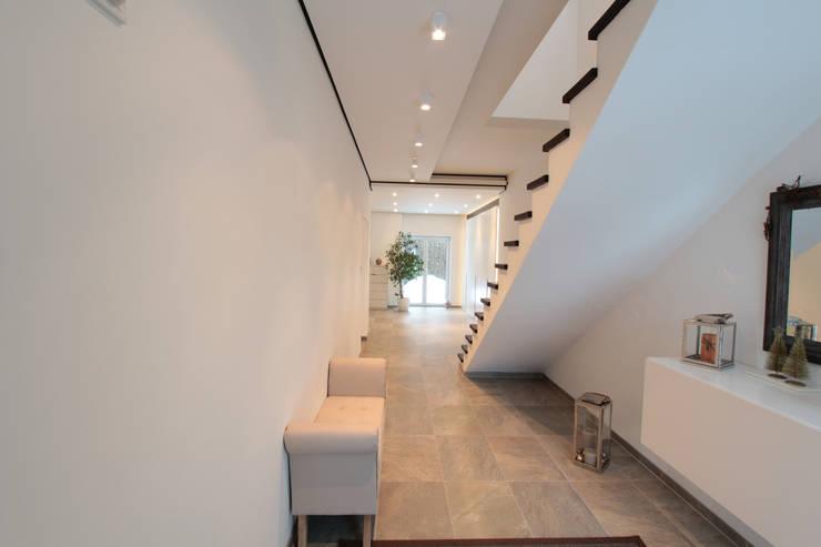 Pasillos y vestíbulos de estilo  por La Casa Wohnbau GmbH