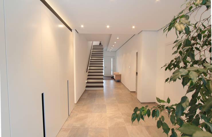 Corredores e halls de entrada  por La Casa Wohnbau GmbH