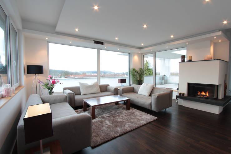 Salas de estilo  por La Casa Wohnbau GmbH