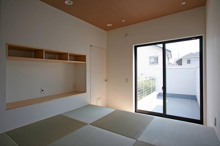 猫と暮らす中庭のある家: 設計事務所アーキプレイスが手掛けた寝室です。