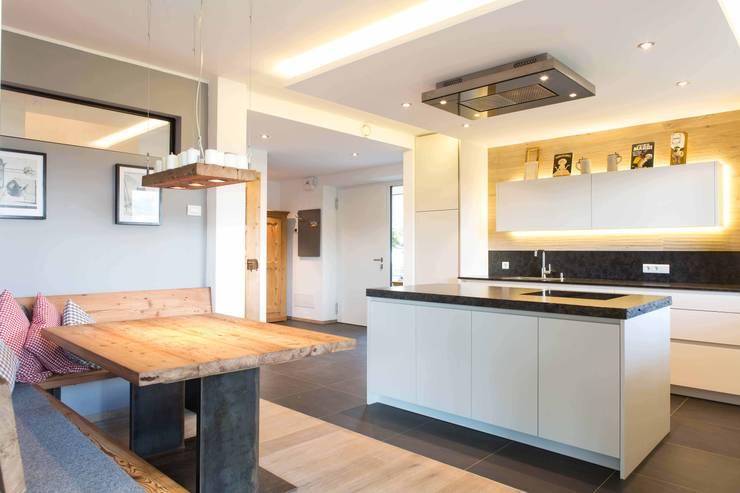 House KaTo: Cucina in stile  di Manuel Benedikter Architekt