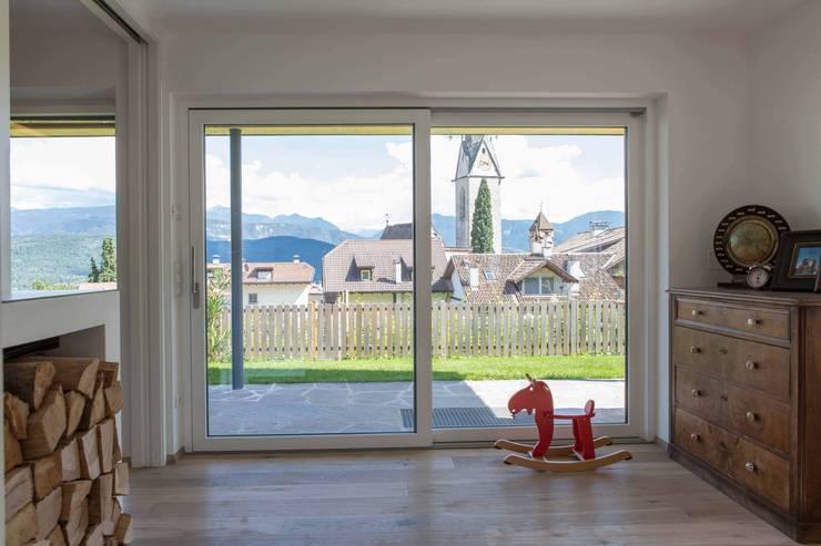 House KaTo: Soggiorno in stile  di Manuel Benedikter Architekt
